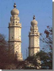 The domed and minareted Jumma Masjid mosque was constructed by Tipu in 1787 AD. It towers above the town of Srirangapatna and has two lofty minarets. A flight of about two hundred steps leads to the top.