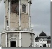 The damaged minarette of Masjid Baiturrahman in Banda Aceh, NAD, Indonesia. By Herizon, Jan 2005